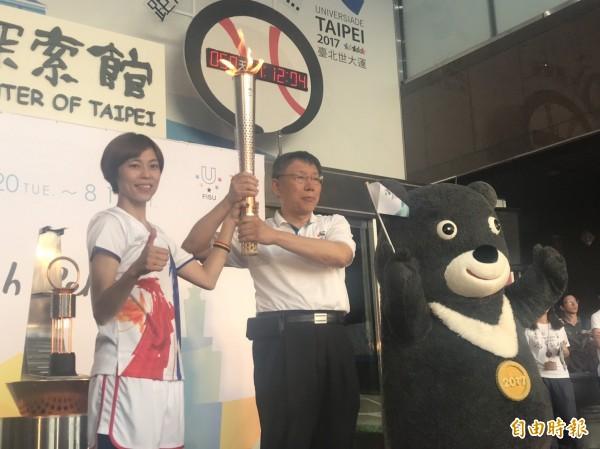 北市府大門口今下午舉行駐火儀式。奧運金牌陳詩欣將火炬遞給台北市長柯文哲,並以火炬引燃駐火台上的「母火燈」。(記者何世昌攝)