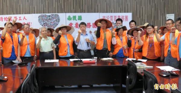 勞動部停辦農業服務團,雇主與團員高呼口號,要求政府續辦。(記者張協昇攝)