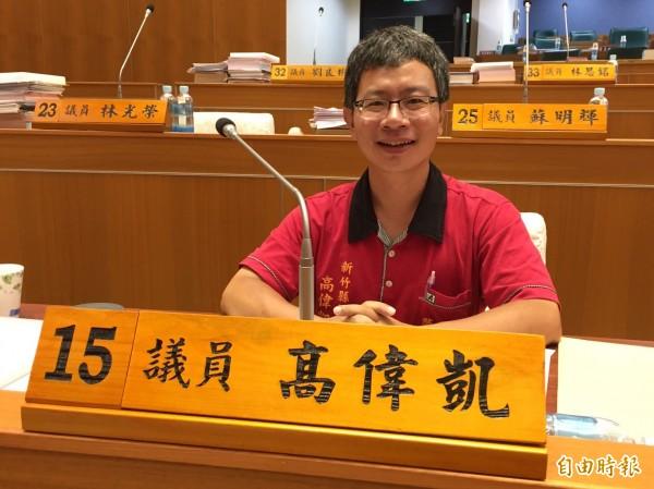 勞動黨新竹縣議員高偉凱今天下午帶著歡喜做、甘願受的心情最後1次坐在他的席次上準備議事。(記者黃美珠攝)