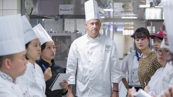 12位種子講師接受Chef Barnes的親自提點。(文大推廣部提供)