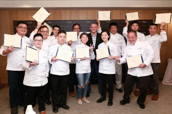 台灣12名種子教師獲得認證,開心合照。(文大推廣部提供)