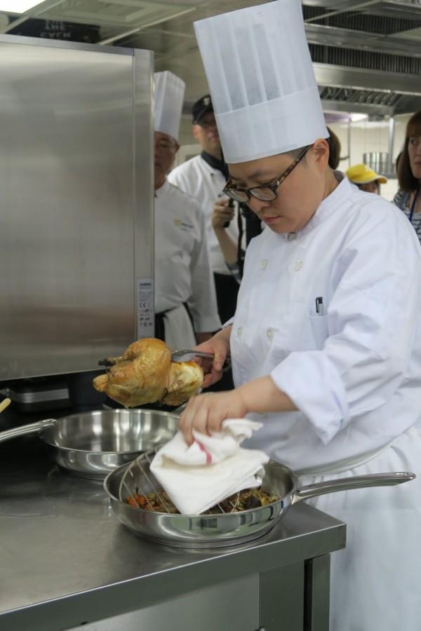 台灣西廚菁英參與美國CIA種子講師培訓,認真學習好取得證照。(文大推廣部提供)
