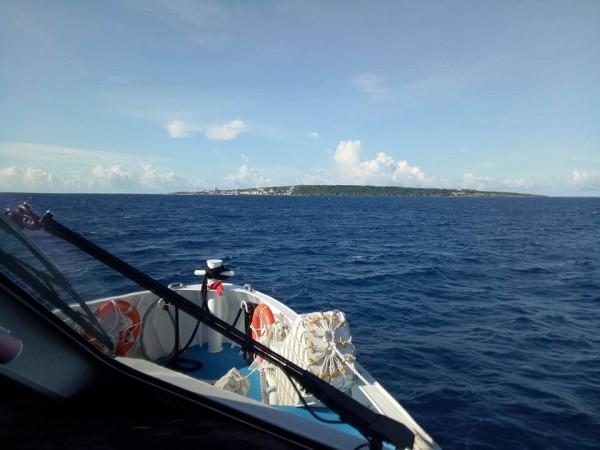 東港往小琉球的交通船航線,海水很藍、水面無波。(取自小琉球聯盟臉書)