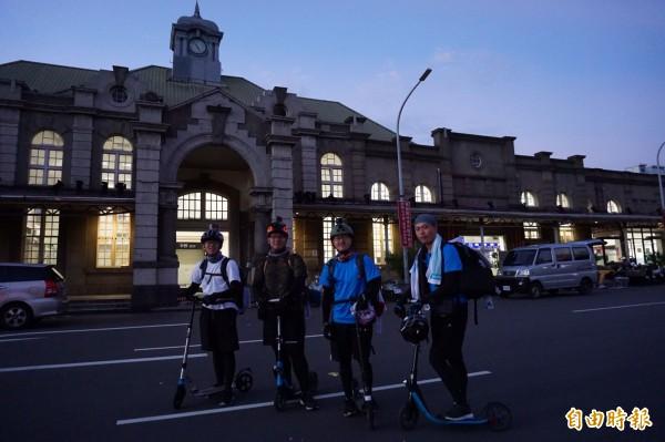 明新科技大學行銷與流通管理系4名大三學生,將所學運用在環夢計畫上,歷經1年籌備時間,今早從新竹火車站出發,將以滑板車環島一圈。(記者廖雪茹攝)