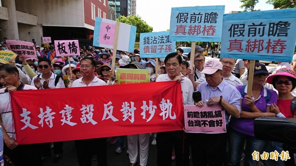 國民黨支持者繞行立法院抗議,質疑前瞻計畫是「假前瞻、真綁樁」。(記者陳鈺馥攝)