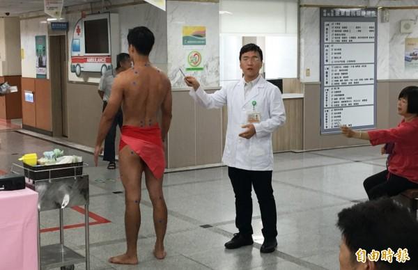 部東中醫師宋光迪簡介人體穴道及針灸的功效。(記者陳賢義攝)