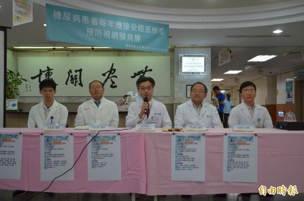 部東副院長廖益聖介紹4名到院支援中醫師,陣容堅強。(記者陳賢義攝)
