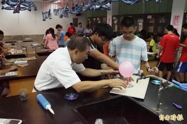 牛頓科學營,教你製作簡易氣墊船。(記者詹士弘攝)