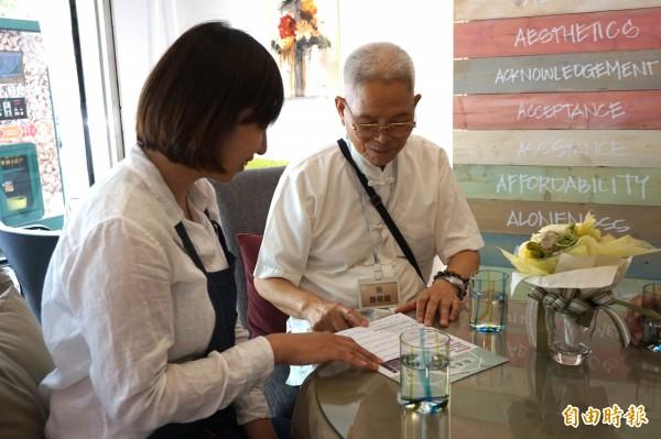 照顧咖啡館的店家就是志工,提供喘息咖啡,也就近給予長照諮詢與媒介。(記者蔡淑媛攝)