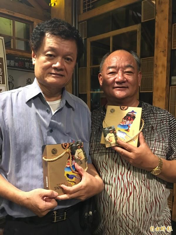 陳立宏嘉義好友林聰明(右)、許家賓表示陳告別式答謝禮,採用台灣米禮盒很有意義。(記者蔡宗勳攝)