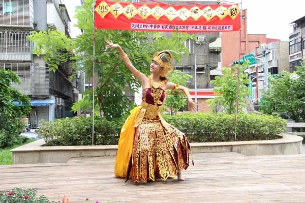 林小婷表演印尼傳統祈福舞蹈,祝賀首發市集圓滿成功。(記者劉慶侯翻攝)
