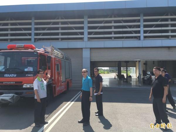 BRT維修機廠由消防局進駐,議員楊典忠(左)與梧棲分隊人員前往會勘。(記者黃鐘山攝)