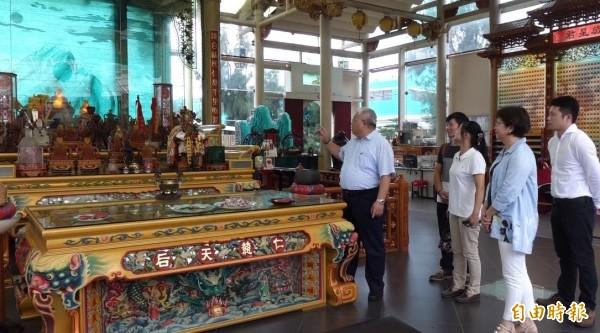 玻璃廟運用許多台灣在地元素,神房就以玻璃堆疊的玉山作背景。(記者劉曉欣攝)