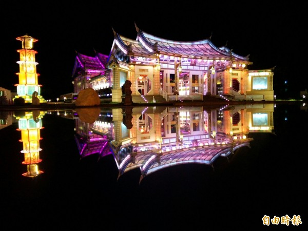 去玻璃廟拿鏡子拍夜景,是攝影好手必拍景點。(記者陳冠備攝)
