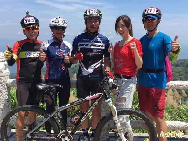 張景嵐與前三名自行車手合照。(記者蕭玗欣攝)