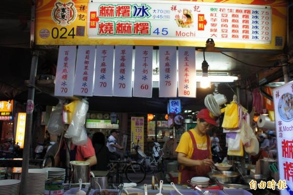 老闆娘魏楊芳宇在寧夏夜市內經營祥記純糖燒麻糬分店。(記者黃建豪攝)
