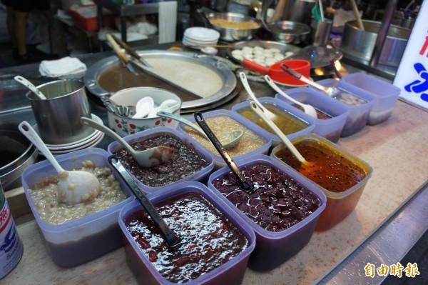 祥記純糖燒麻糬以麻糬冰、燒麻糬和刨冰為主力商品,均可添加紅豆、花生、麻糬塊等配料。(記者黃建豪攝)