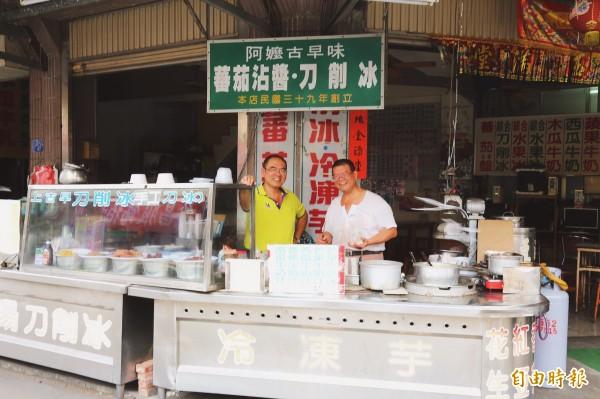 民國39年開賣的「阿嬤古早味冰果店」,傳到現在已超過一甲子,第3代由張金泉(右)、王金煌(左)兄弟共同經營,並逐步交棒給第4代。(記者邱芷柔攝)