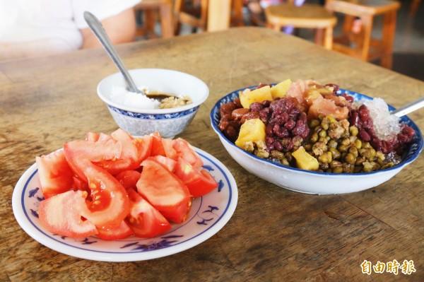 不少熟門熟路的顧客,都會刀削冰與番茄拼盤一起上桌,一寒一熱的古早味是另一種潮州「燒冷」冰的代表。(記者邱芷柔攝)
