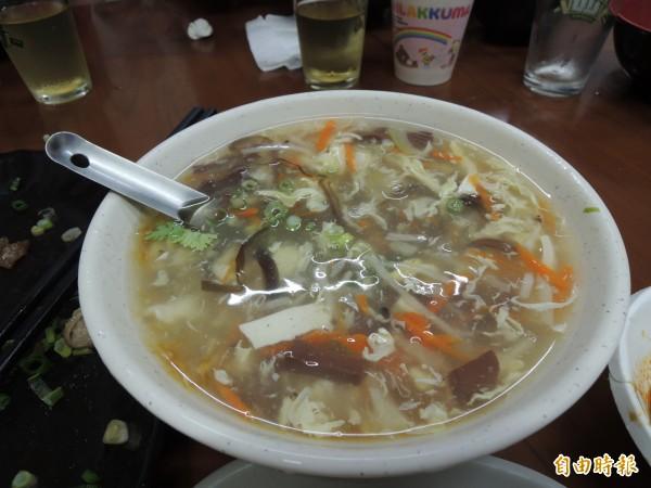 「聞媽媽家庭小吃」的酸辣湯很道地。(記者周敏鴻攝)