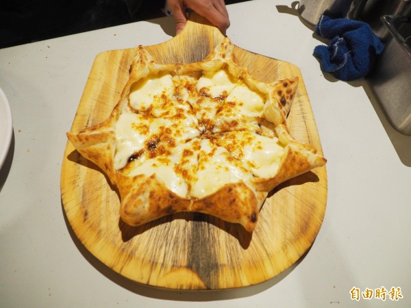 麵五三窯烤披蕯最受歡迎的肉桂星星餃,考好後有厚厚的乳酪。(記者陳鳳麗攝)