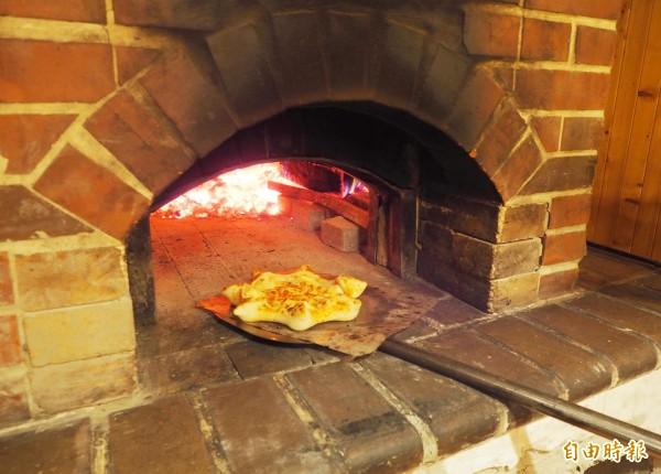 柴窯溫度超過330度披薩只要烤90秒就出爐。(記者陳鳳麗攝)