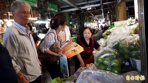 中華民國雲林同鄉總會第6屆總會長張朝國(左)今天到中央市場親邀陳樹菊(右)回雲林參加公益慈善活動,但她以身體不佳,尚未答應。(記者黃明堂攝)