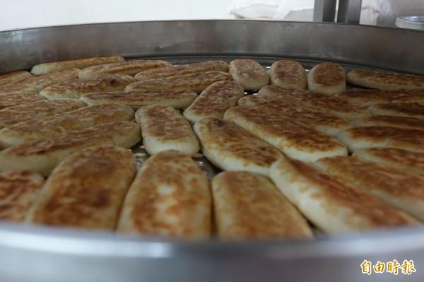 鹿港兔仔寮明豐珍牛舌餅,煎好後,還要經過1小時的自然降溫,才能包裝。(記者劉曉欣攝)