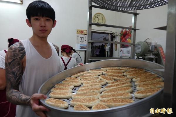 鹿港兔仔寮明豐珍牛舌餅,由第二代蘇志偉接班,傳承原味的美好。(記者劉曉欣攝)
