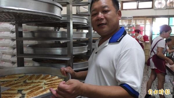 鹿港兔仔寮明豐珍牛舌餅,第一代蘇正興強調,牛舌餅原料簡單,只在拿捏比例的功力。(記者劉曉欣攝)