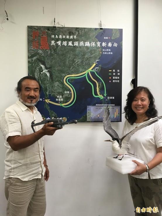 導演梁皆得(左)意外發現神話之鳥,台大森林環境暨資源學系教授袁孝維(右)接手研究。(記者林彥彤攝)