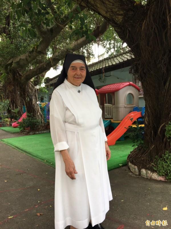 新竹市府民政處和移民署頒發身分證給來台奉獻56年的修女周寧慧,感謝她對台灣幼教的奉獻。(記者洪美秀攝)