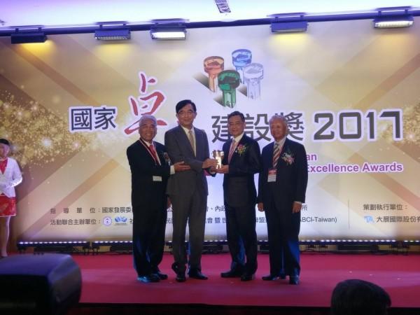 巴克禮紀念公園再獲獎,台南市副市長吳宗榮(右二)北上代表受獎。(台南市工務局提供)