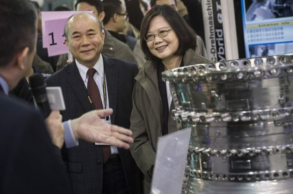 總統蔡英文上午接見「世界台灣商會聯合總會」時表示,過去1年,台灣與新南向國家間的進出口貿易額成長超過10%,幾個重要國營及公股事業也在加速布局。(資料照,總統府提供)