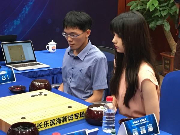 交大吳毅成教授的研發團隊所設計的CGI程式日前與棋手黑嘉嘉配對組也打敗其他棋手。(交大提供)