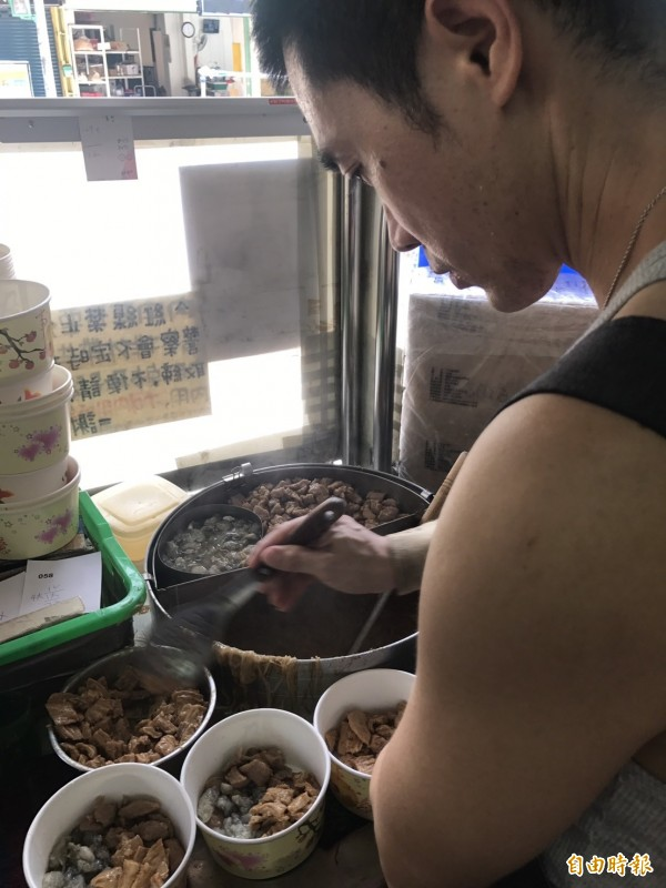泰山美食名店「全興大腸蚵仔麵線」靠著用料實在澎拜而聞名。(記者葉冠妤攝)