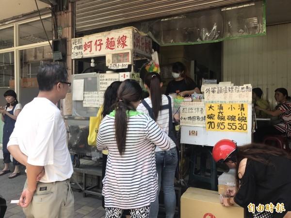 店面不到10坪的泰山美食名店「全興大腸蚵仔麵線」店門口總是排滿人。(記者葉冠妤攝)