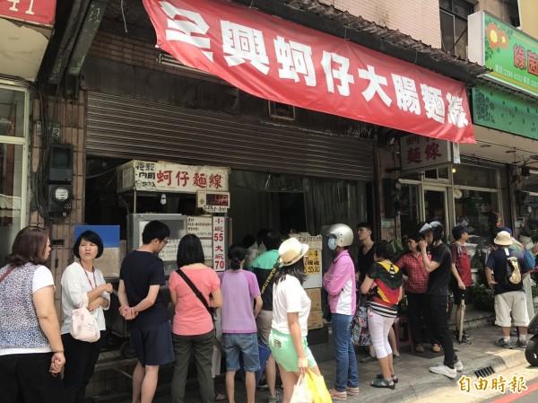 泰山明志路上的「全興大腸蚵仔麵線」,是當地知名的排隊美食,幾乎各時段都擠滿人潮。(記者葉冠妤攝)