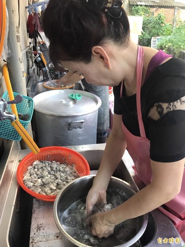 「全興大腸蚵仔麵線」每天進貨約80斤蚵仔,一大早就開始仔細掏洗。(記者葉冠妤攝)