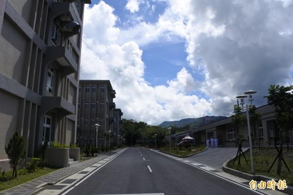 今年5月中完工的三軍聯訓基地仁壽營區占地約24公頃,包括兩棟4層樓的官兵營舍,4棟3層樓的營舍,還有餐廳、司令台、污水廠等公共設施。(記者蔡宗憲攝)