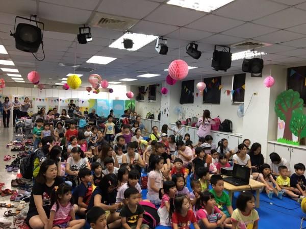 家長帶著小孩參加,擠爆整個禮堂。(記者姚岳宏翻攝)