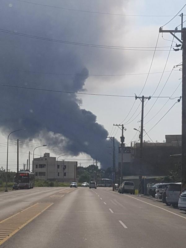 東元電機觀音廠突起火,目前仍在搶救中(消防局提供)