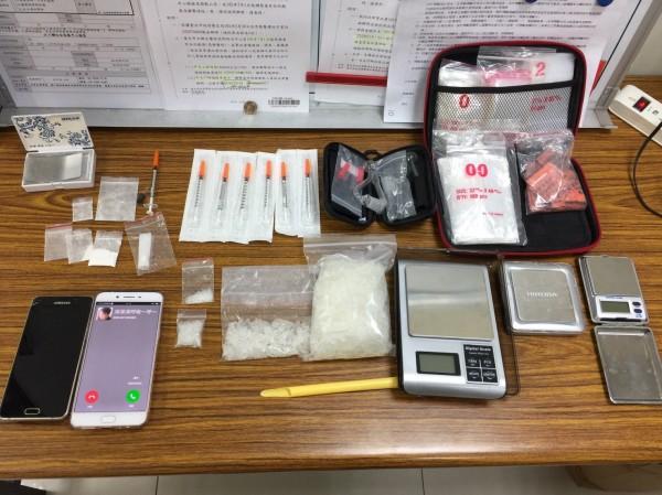 警方起獲安非他命4包近300公克、海洛因3包、夾鏈袋一批及手機等相關證物。(記者姚岳宏翻攝)