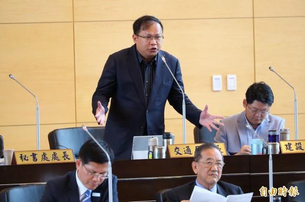 台中市交通局長王義川(站立者)獲邀參與「海峽兩岸都市交通學術研討會」,卻被中國政府拒絕。(記者黃鐘山攝)