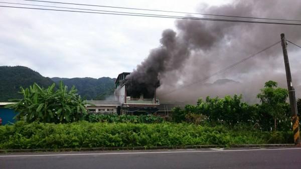 員山民宅火警釀一死,居民表示,整條街都是濃煙。(記者簡惠茹翻攝)