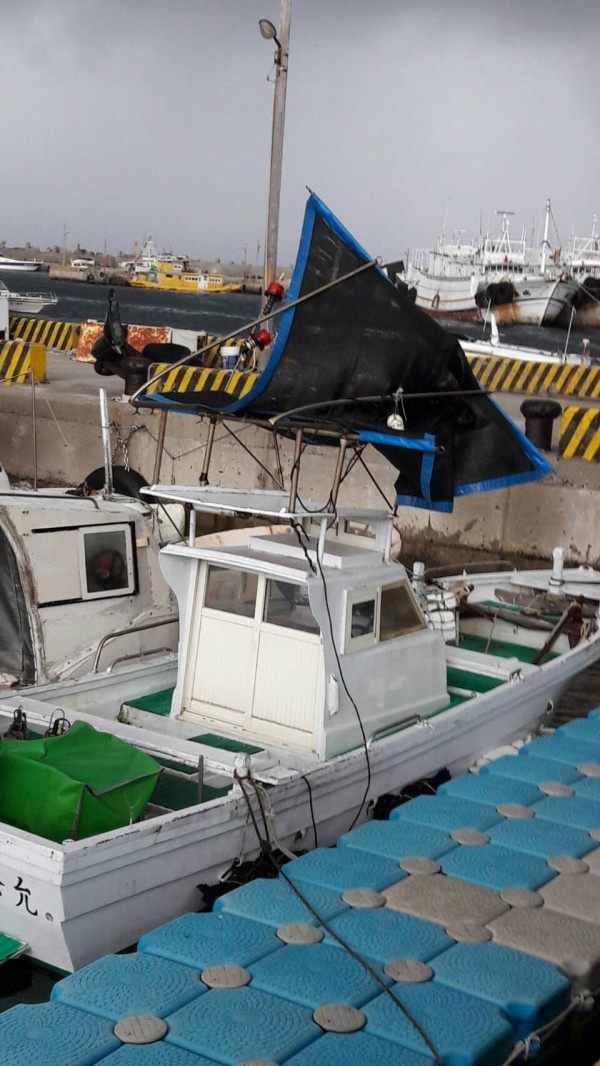 水龍捲造成山水港區垃圾、船上用品四處飛舞。(圖由張明達提供)
