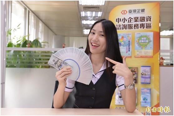 新台幣匯率早盤呈現區間走揚格局,中午暫收30.371元。(記者盧冠誠攝)