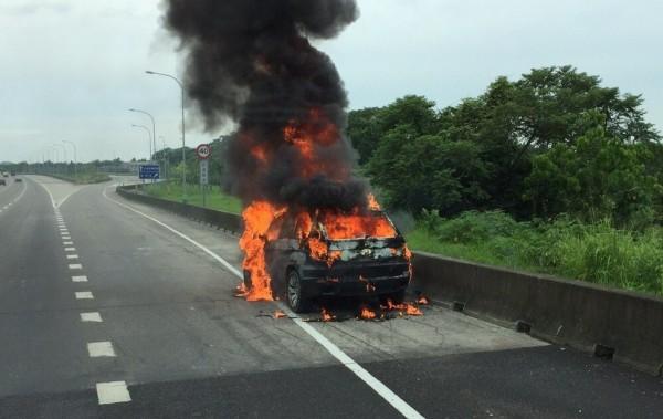 BMW名車X5火燒車,付之一炬。(記者楊金城翻攝)