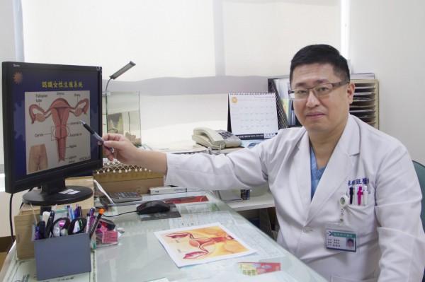 婦產科醫師林敬旺建議,婦女朋友定期做骨盆腔檢查及陰道超音波檢查,才能早期發現卵巢腫。(記者張勳騰翻攝)