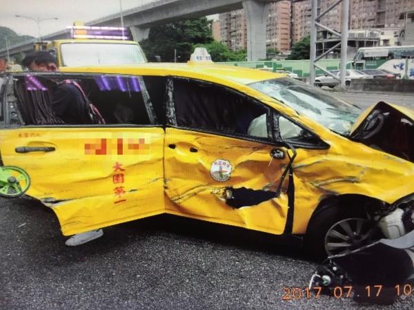 鄧女搭乘的計程車受損嚴重。(記者曾健銘翻攝)
